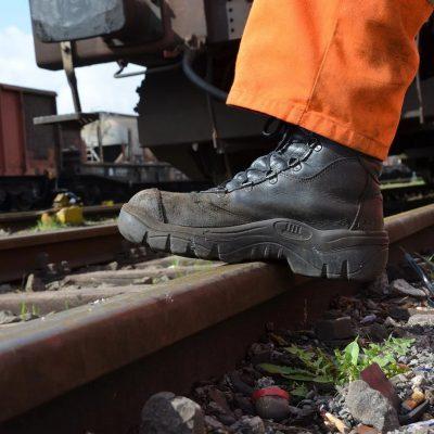 In welke bedrijfssectoren zijn werkschoenen vaak verplicht?